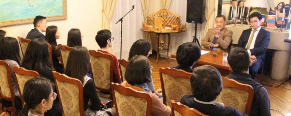 Францад сурч, ажиллаж буй монгол иргэдтэй хэлэлцүүлэг өрнүүллээ